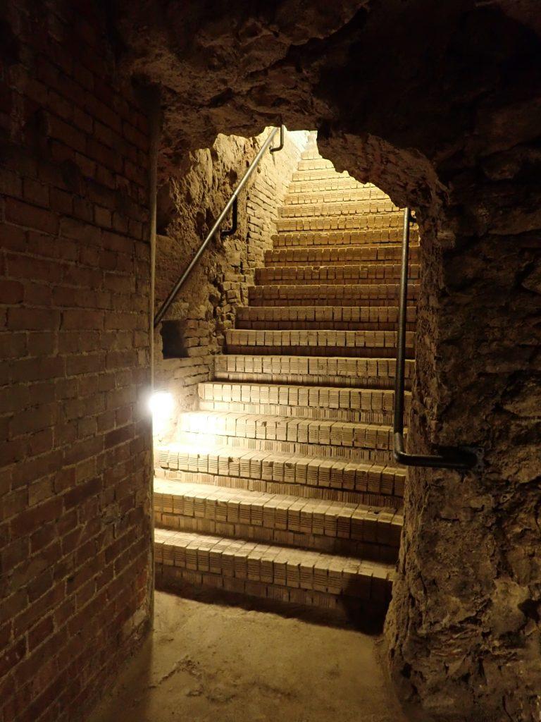 Várbarlang lejárat