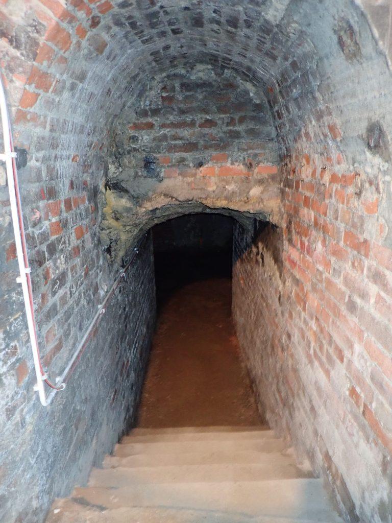 Várbarlang téglaboltozatú folyosó